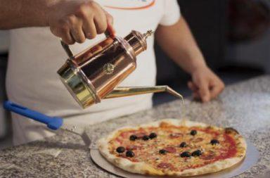 olijfolie op pizza