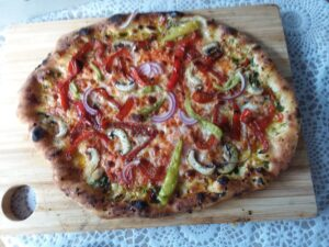 """Pizza """"d'n Duuëvel"""" met groene pepers en gekarameliseerde rode paprika"""