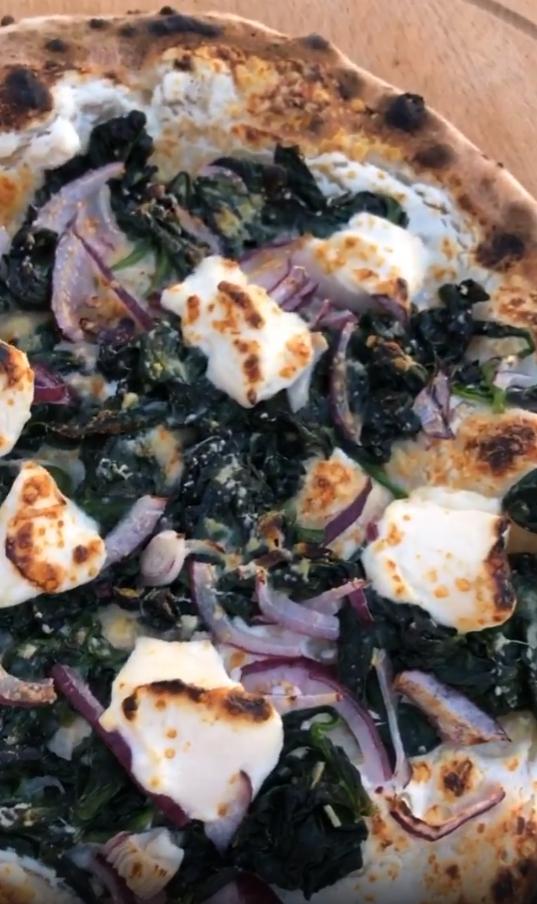 Pizza met spinazie, ricotta en rode ui